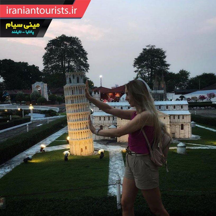 خلاقیت دختر با نماد برج پیزا در مینی سیام شهر پاتایا