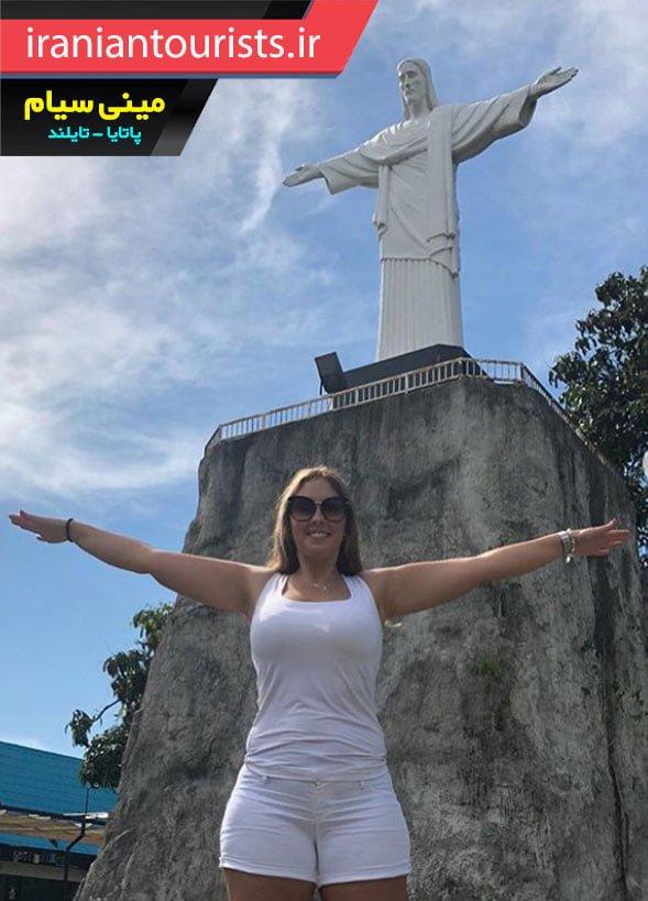 تقلید ژست مجسمه مسیح توسط زن گردشگر | پاتایا تایلند