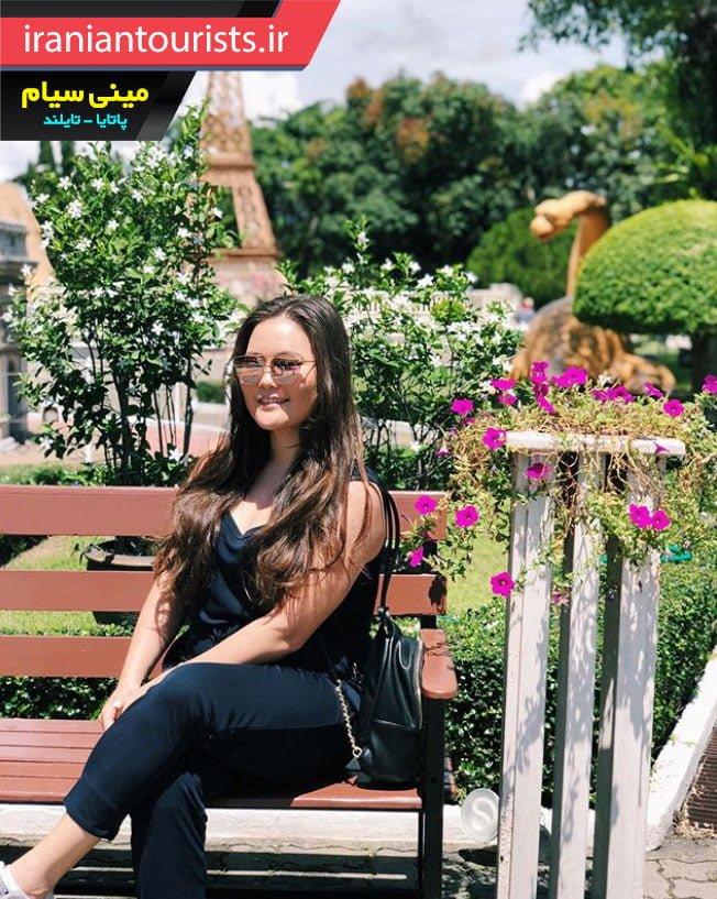 زن خوشگل گردشگر در پارک مینی سیام شهر پاتایای کشور تایلند