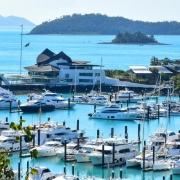 قایق های تفریحی در ساحل جزیره همیلتون قاره استرالیا