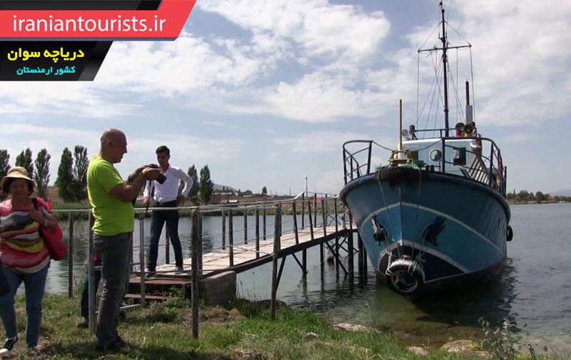 قایق سواری گردشگران در دریاچه سوان